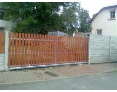 Brána posuvná samonosná. rám pozink. dř. výplň Standard